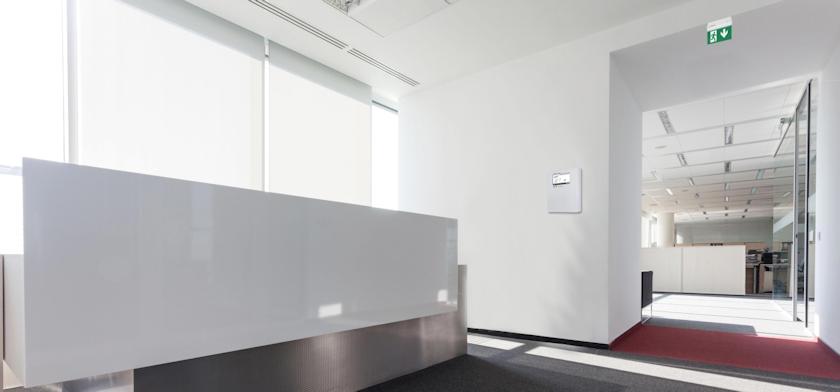 Центральный блок беспроводного мониторинга - вид в интерьере офиса