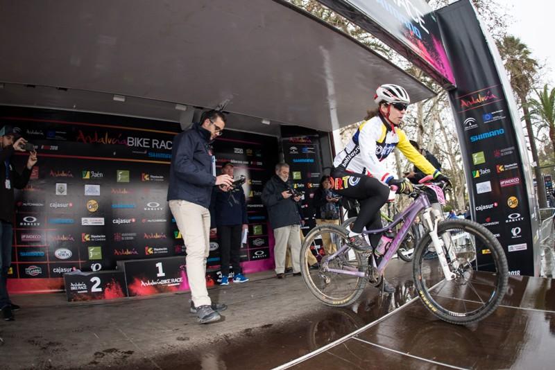 Седа Гренавцева на старте этапа Andalusia Bike Race