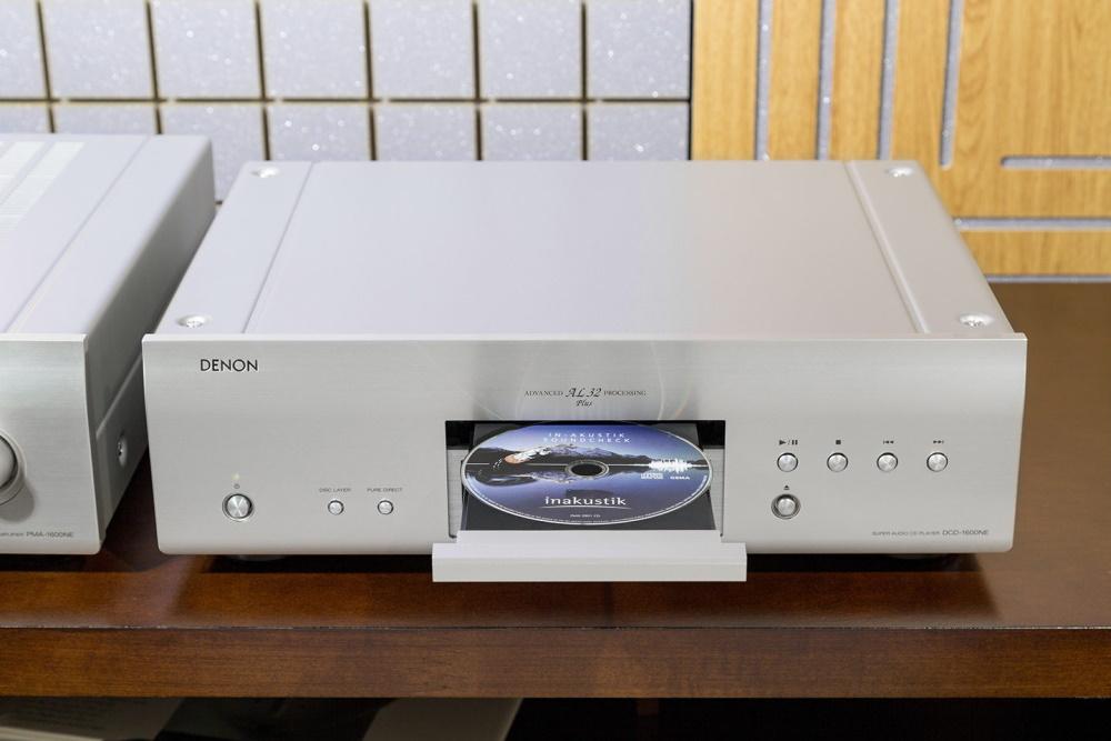 CD проигрыватель Denon DCD-1600NE на полке