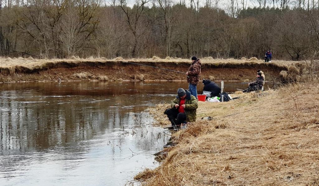 рыбалка с болонкой на реке ранней весной  00002.JPG