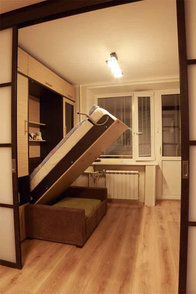 Шкаф-кровать легко открывается и<br />закрывается малолетним ребенком
