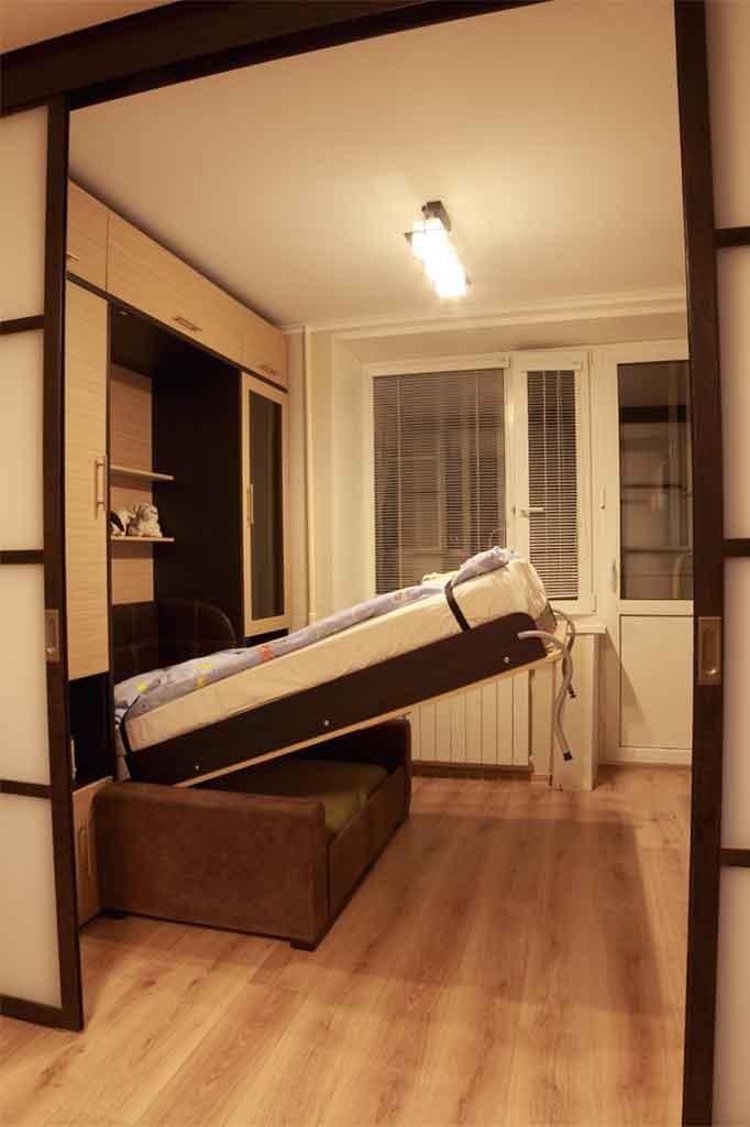 Шкаф-кровать подвисает в верхних<br />и нижних положениях