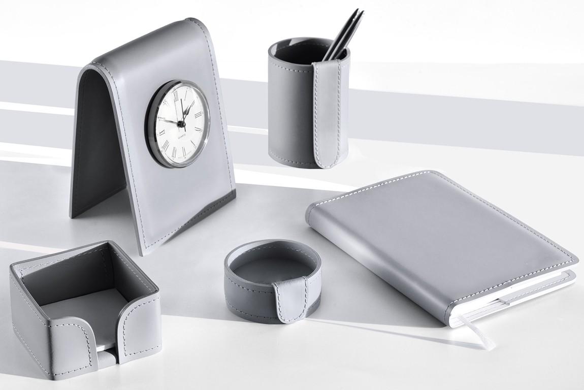 серый кожаный набор для офиса