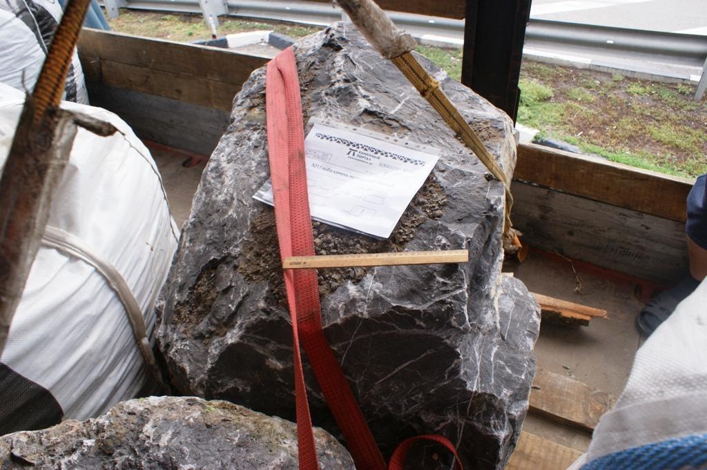 Черный камень валун глыба