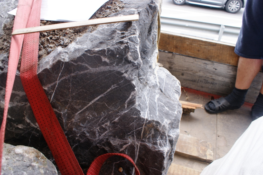 Черный острый камень валун глыба с прожилками