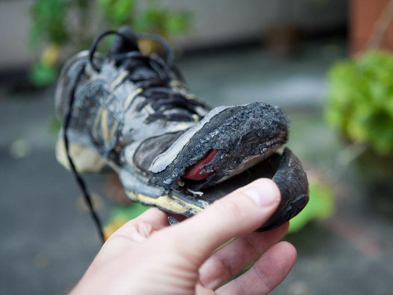 Заклеить подошву кроссовок - 3