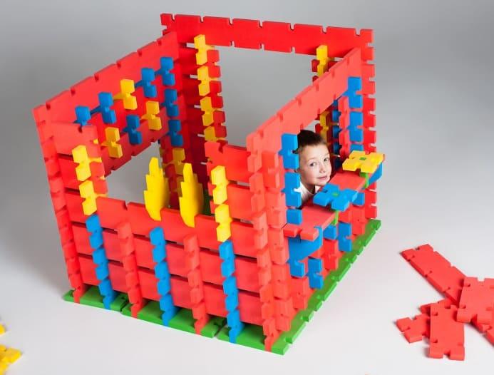 Ребёнок в процессе сборки конструктора Wawata