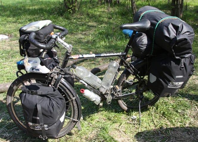 Велосипед закруженный рюкзаками для велопоходу