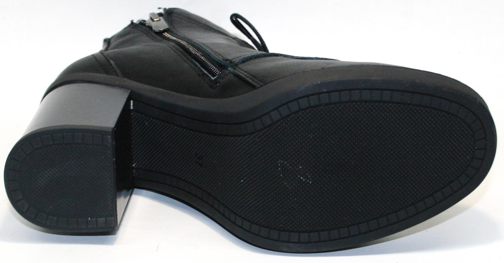 """На устойчивой подошве толщиной 1,5 и широком каблуке """"столбик"""" высотой 8 см."""