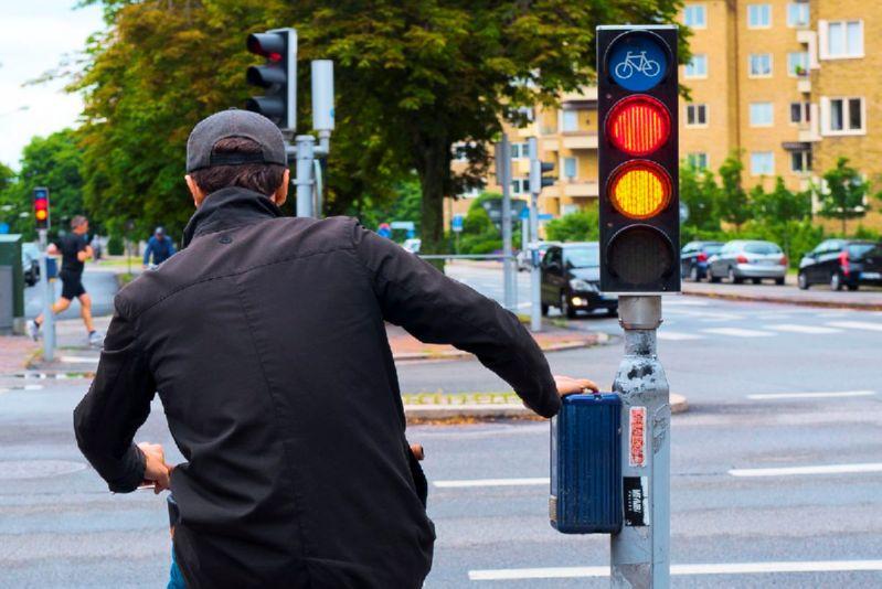 велосипедист на светофоре