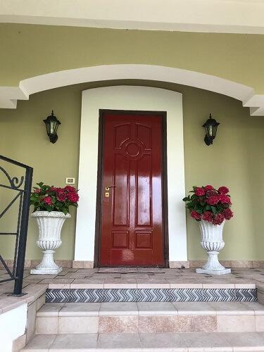 Краска для дверей красного цвета