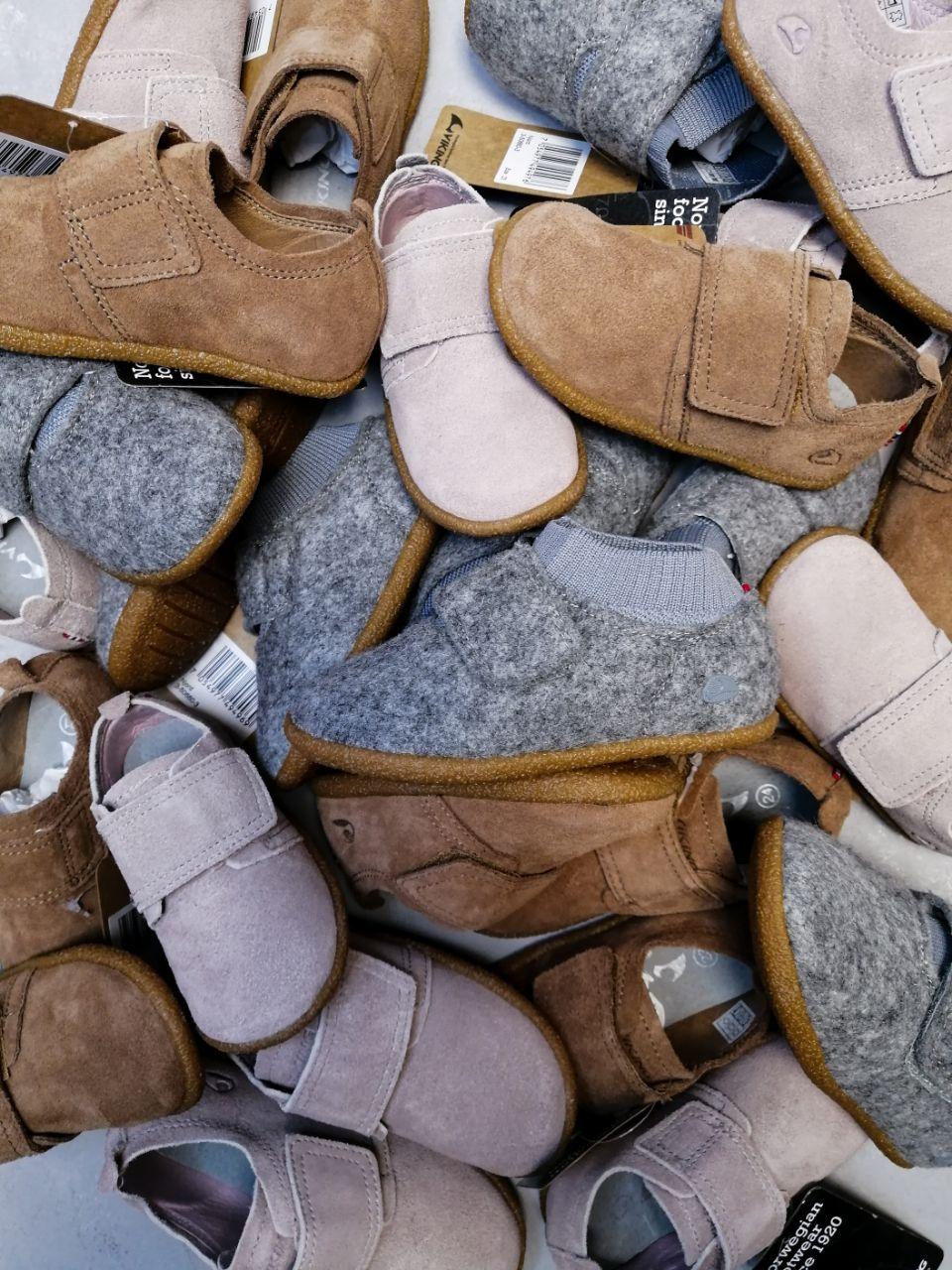 Купить туфли Viking для малышей можно онлайн или по бесплатному номеру, указанному на сайте. При выборе размера ориентируйте на длину стопы по стельке.