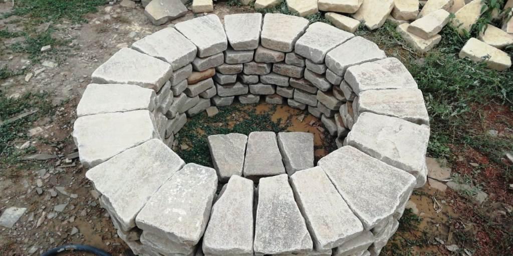 Очаг галтованный из бутового камня
