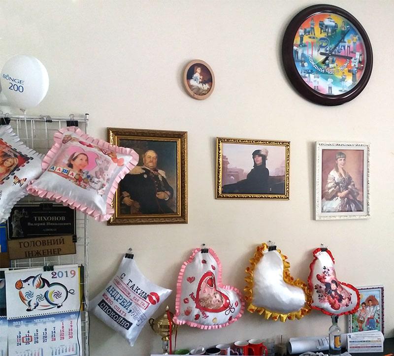 Выставка образцов продукции, выпускаемой ЧП Ризо-графика - картины, сувенирные подушки