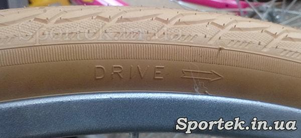 Покрышка фирмы Rubena с указанием направления вращения (Drive)
