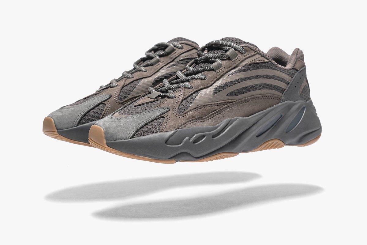 Adidas Yeezy Boost 700 Geode в воздухе