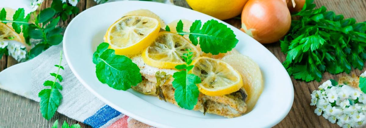 Запеченный хек с луком и лимоном