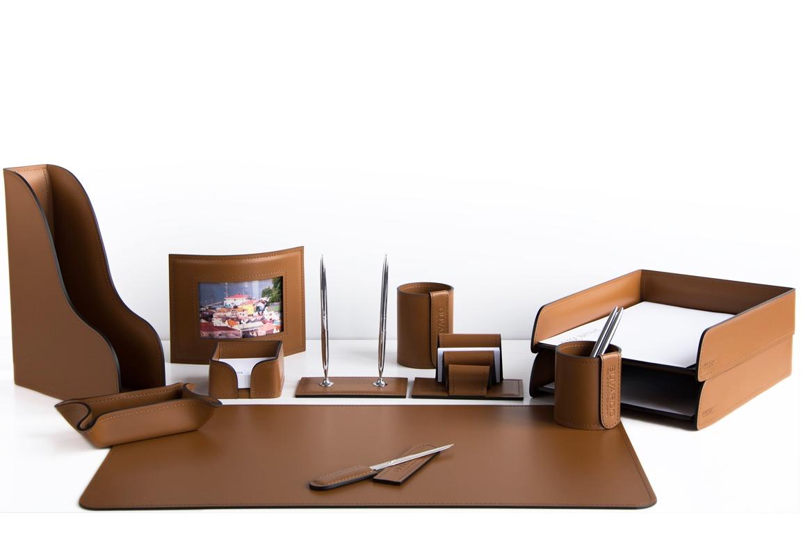 Набор на стол руководителя из кожи цвета табак.