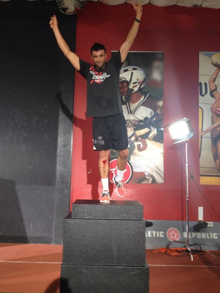 На одной ноге Брендон смог запрыгнуть на 123 см
