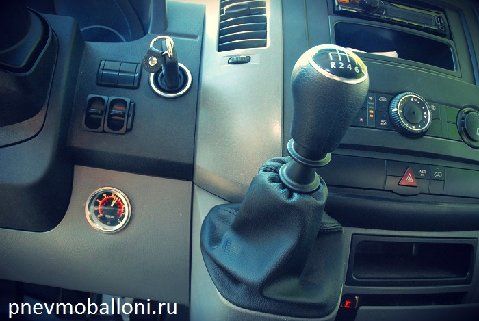 volkswagen_crafter_airride_pnevmoballoni.ru_sistema_upravleniya_manometr.jpg