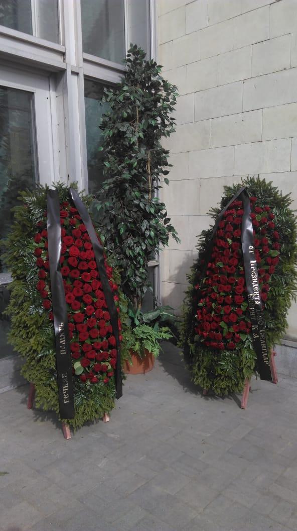 2 живых венка ВЖ180-17 у входа в прощальный зал на Троекуровском кладбище