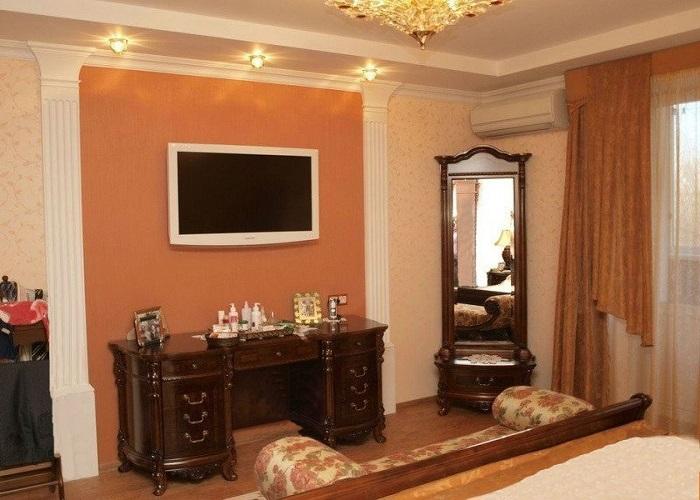 TV-зона в спальне, оформленная пилястрами