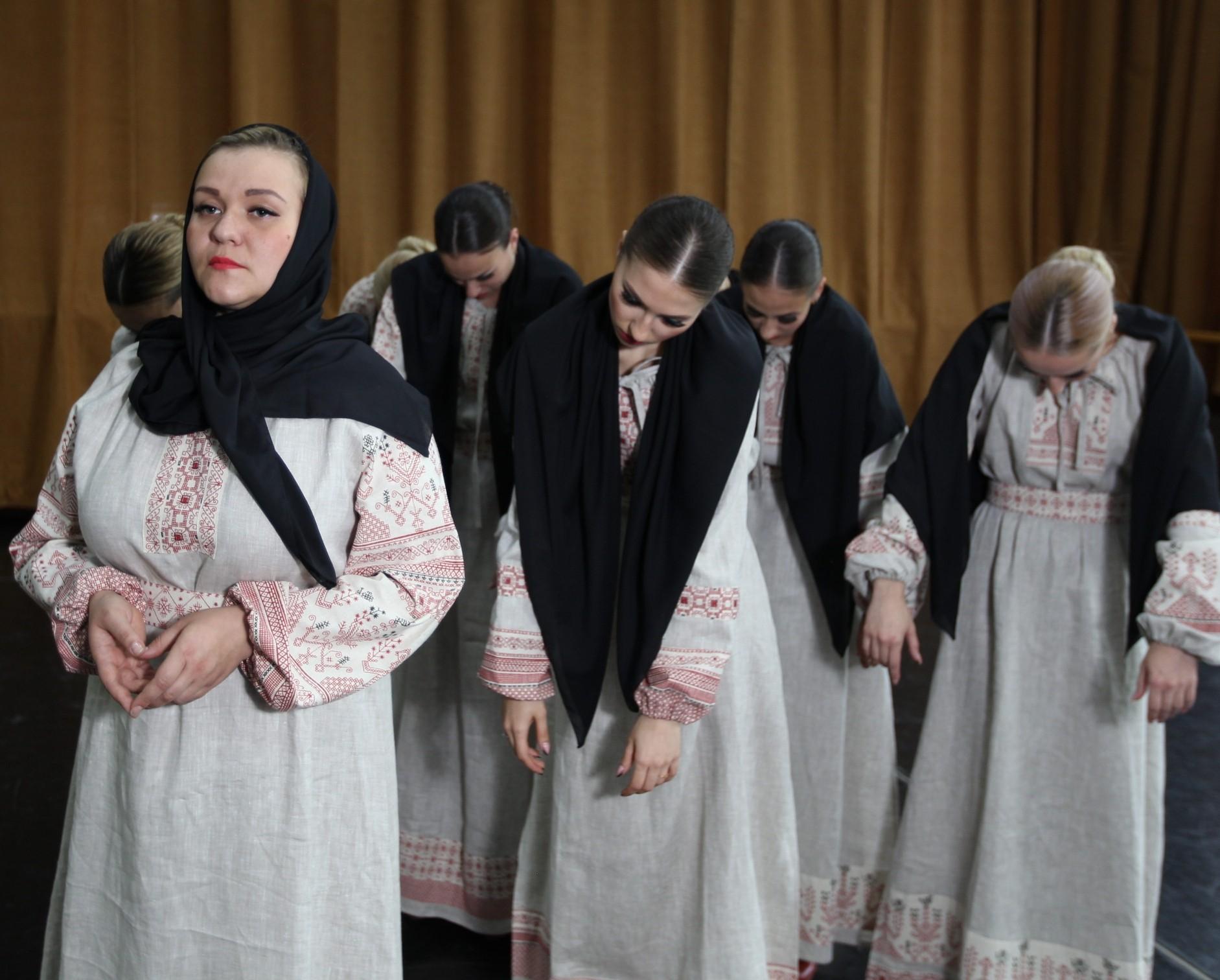 Хор в платьях от Иванки