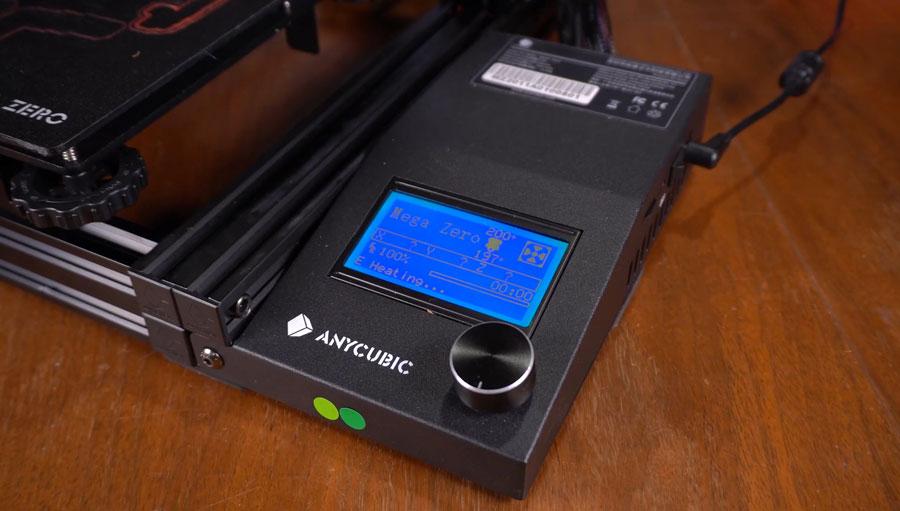 Заниженный пластиковый блок управления размещен рядом с рамой принтера