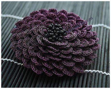 Вязаный объемный цветок