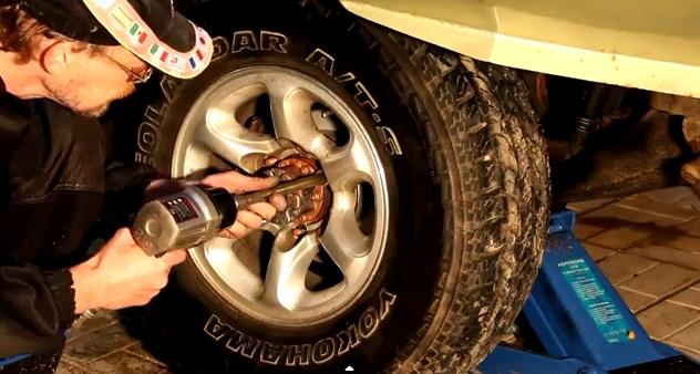 Устанавливаем колесо на автомобиль.
