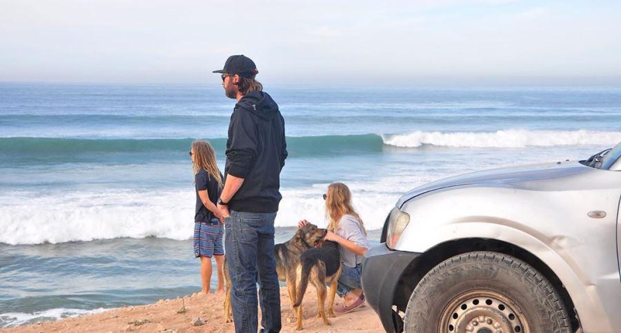 В поиске подходящих волн для урока серфинга. Марокко