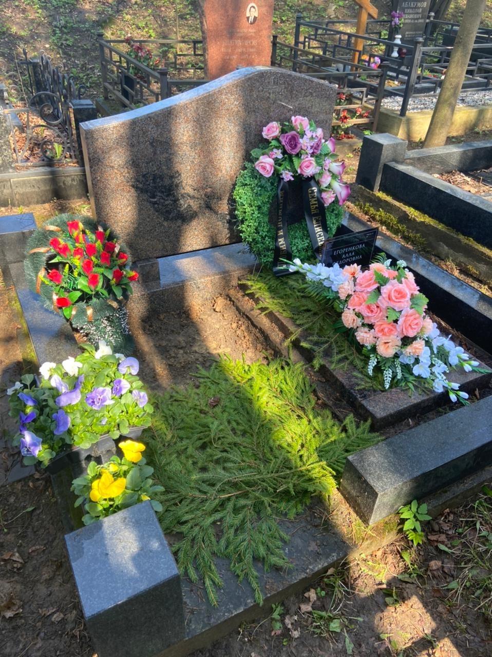 Искусственный венок Евровенок и флоретка на могилу