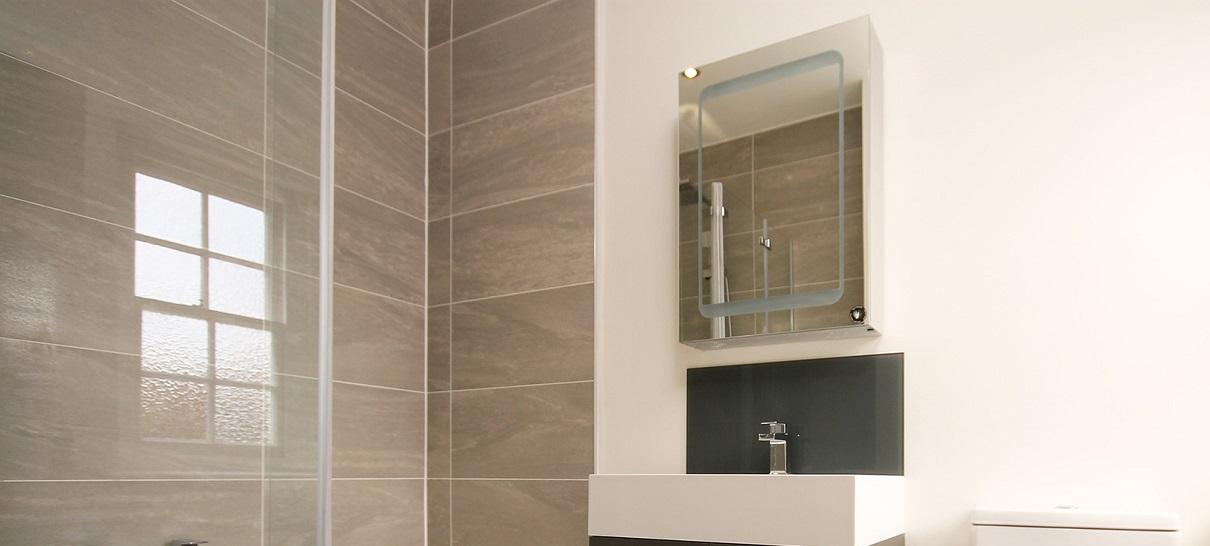 Зеркальный навесной шкаф для ванной