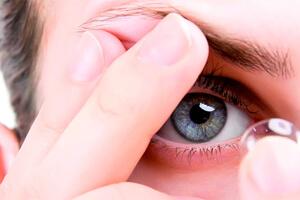 как правильно снимать линзы с глаз, фото