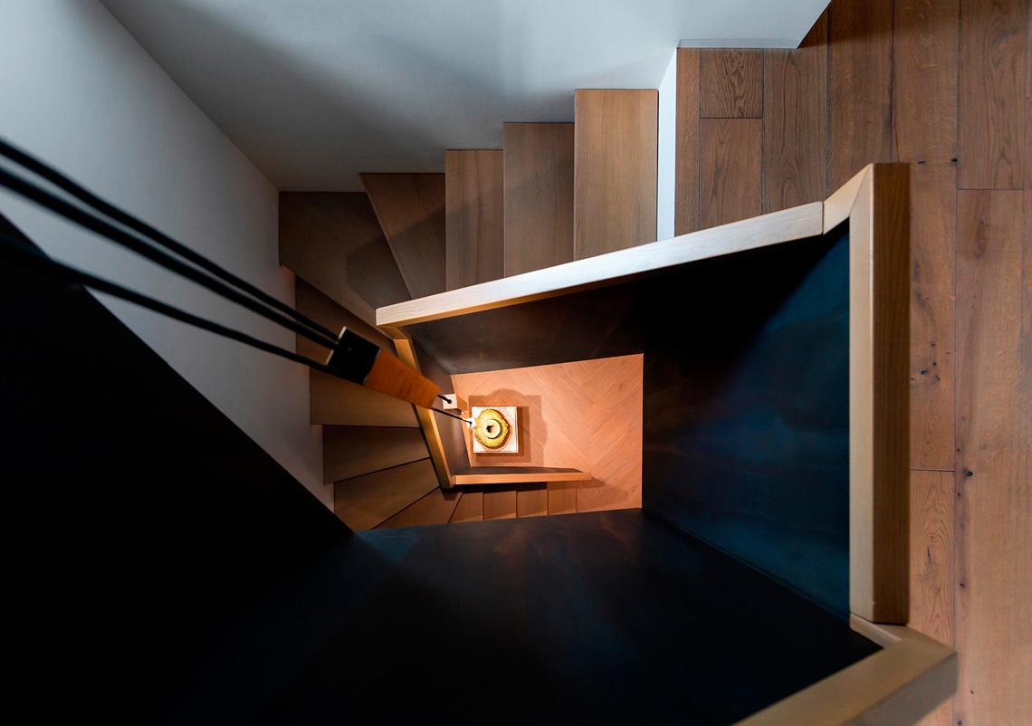 Современная Лестница в кирпичном доме