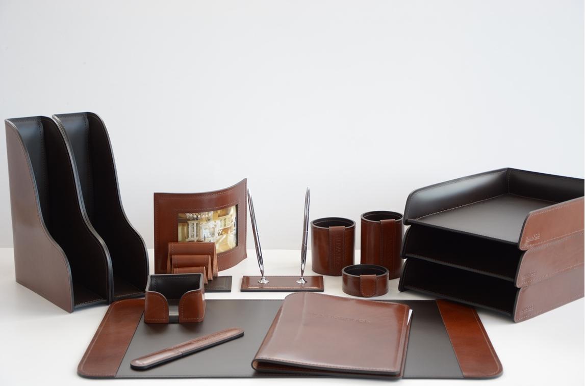 Набор на стол руководителя комбинированный в премиум-коже Full Grain Tan и классической коже Cuoietto шоколад.
