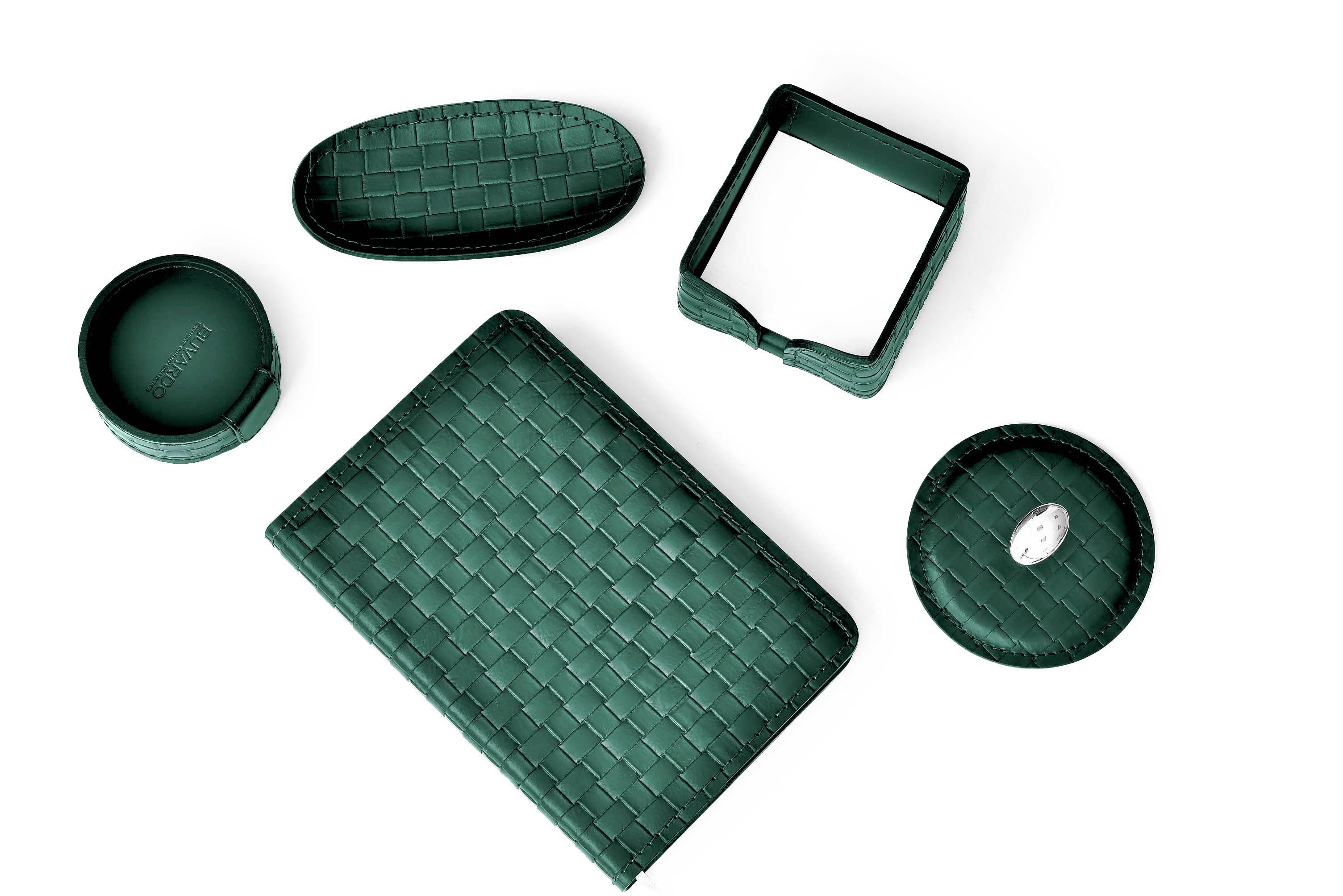 Набор на стол из из зеленой натуральной кожи Cuoietto с отделкой из тисненой кожи с эффектом переплетения: