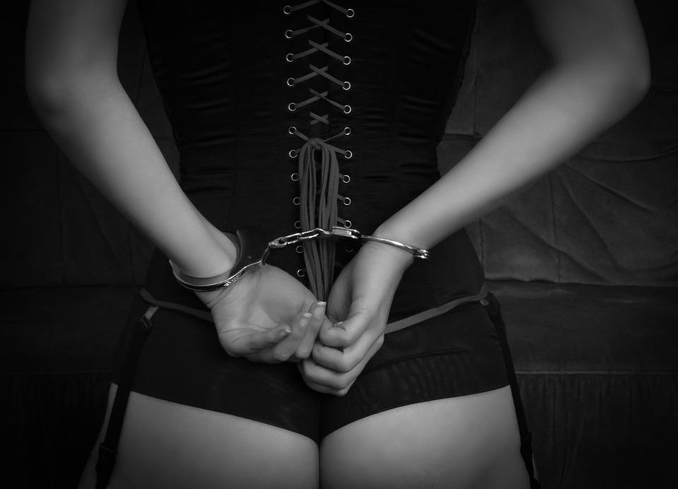 Использование наручников во время секса