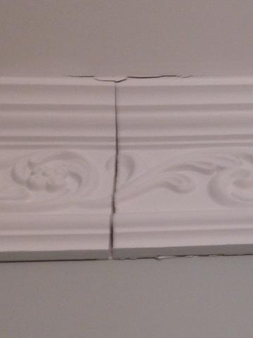 Проблема - полопались швы в местах соединения фасадных профилей.