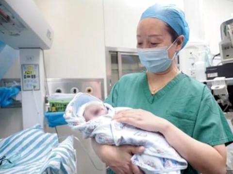 Женщина родила близнецов с интервалом в 10 лет