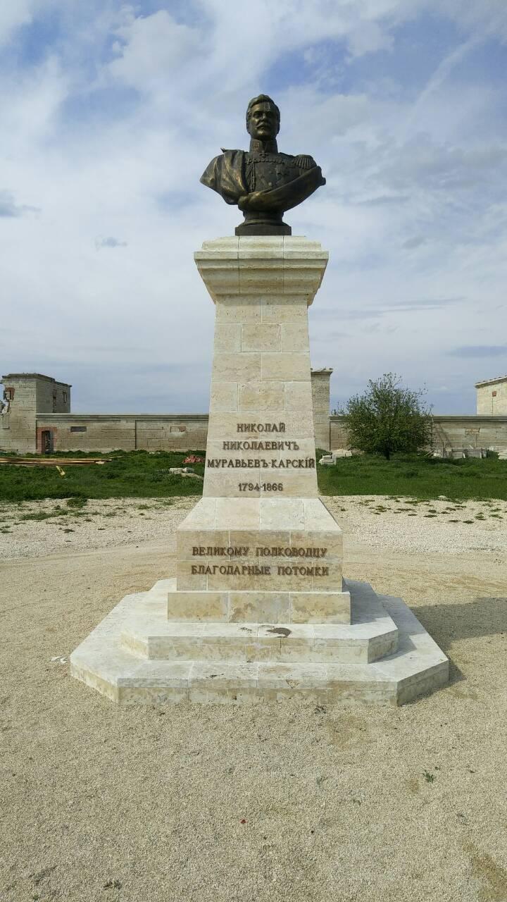 Бронзовые буквы на монументе Н.Н. Муравьеву-Карскому