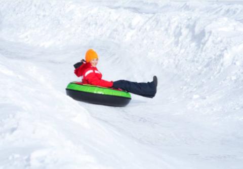 Как уберечь ребенка от травм при катании с горок зимой?