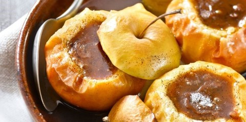 Запечённые яблоки со взбитыми сливками и перечно-солёной карамелью
