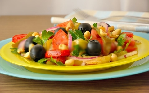 Салат с орехами и чили