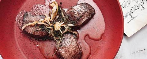 Стейк из спинной части оленины на гриле с пюре из картофеля и эстрагона