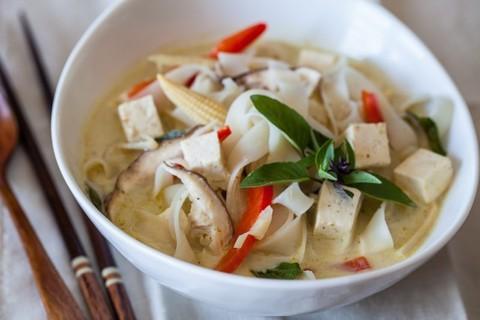Готовое блюдо — Тайский суп с рисовой лапшой