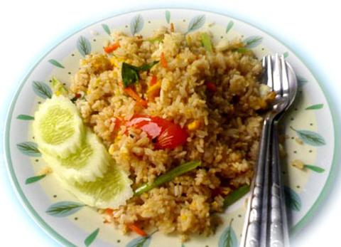 Готовое блюдо — Жареный рис по-тайски с базиликом