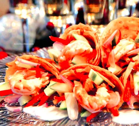 Готовое блюдо — Салат с креветками и цветами лилии