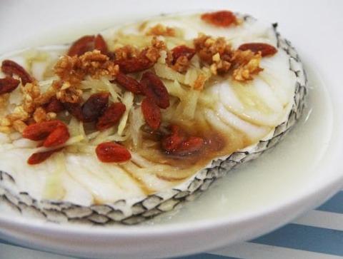 Готовое блюдо — Рыба с ягодами годжи