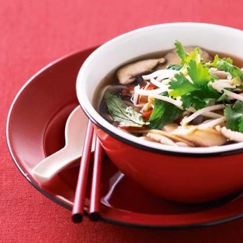 Готовое блюдо — Китайский суп с грибами и рисовой лапшой